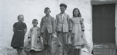 Children at Garmna, Co. Galway photgraphed by Ake Campbell, 1935. This photograph was taken by Campbell when he visited the home of Colm Ó Nia (whose children are photographed here) with Caoímhín Ó Danachair in Garmna, Conamara.